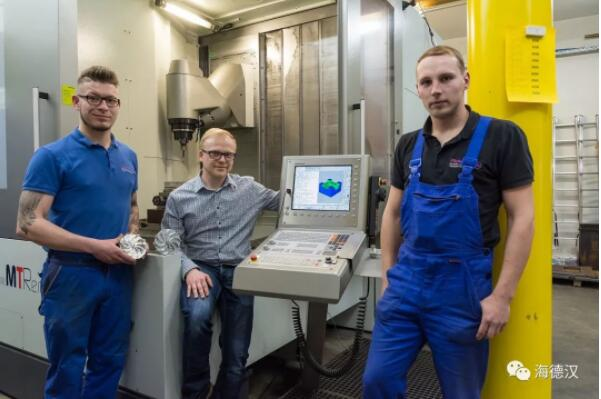 团队: 运营经理Matthias Puffe( 中),TNC 操作员Christian Müller(右)和CAM 编程员Konrad Egermann(左)